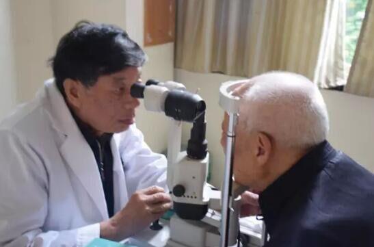 为抗战老兵做白内障手术 也是一种致敬