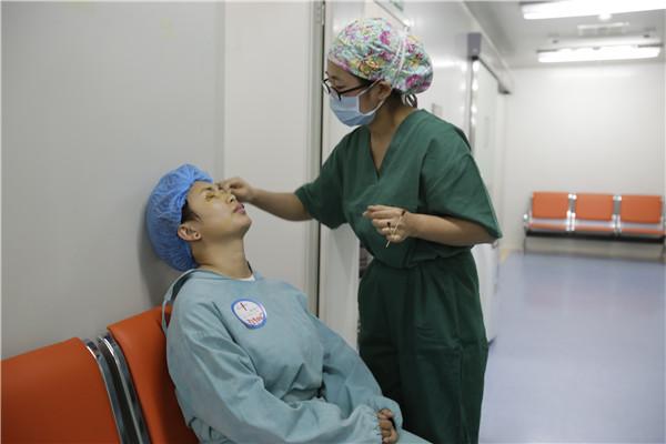 近万人看眼科手术直播 见证全飞秒如何在十分钟内搞定近视
